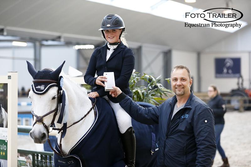Michel Bolder reikt ZZ-winnares Fleur Holleman een nieuwe iPhone 7 uit. Foto FotoTrailer