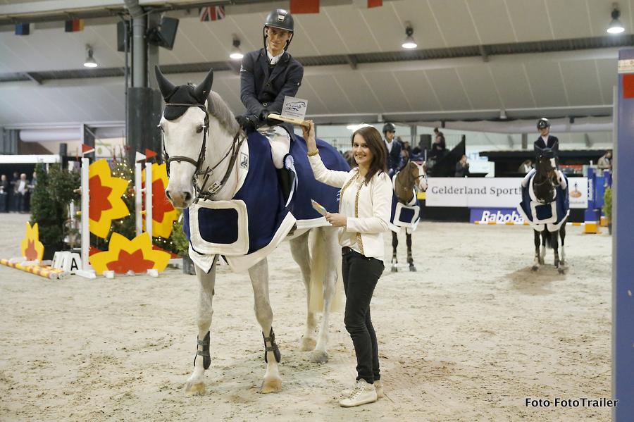 Lars Kersten en namens De Paardenkrant-Horses.nl, Wendy Scholten, tijdens de prijsuitreiking. Foto FotoTrailer